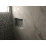 aplicação de azulejo em banheiro