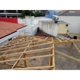 construção de telhado de madeira