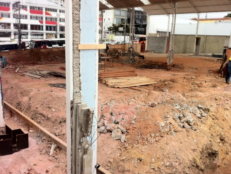 Demolidora de Grande Porte na Santa Terezinha - Demolição de Escolas